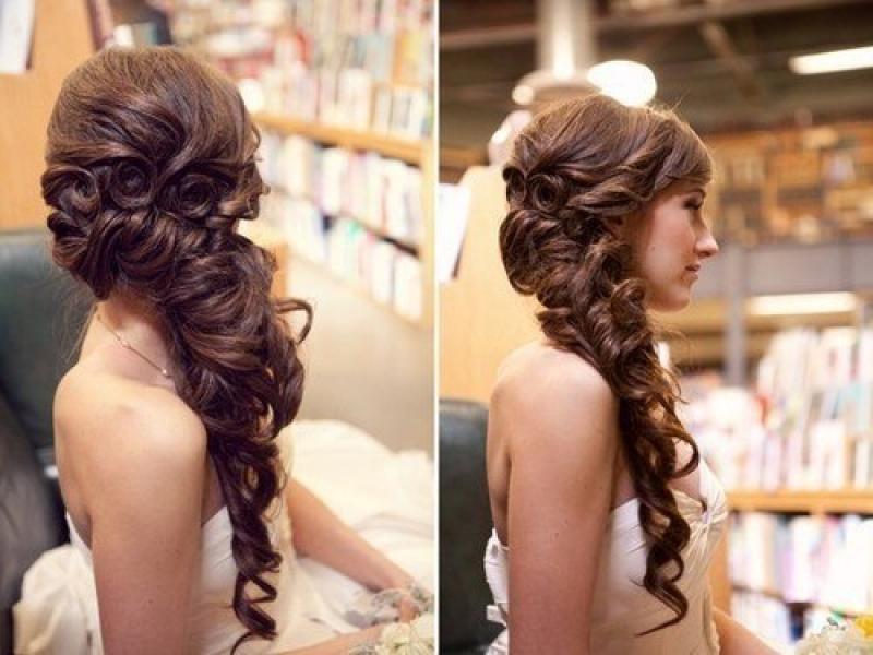 Вечерние прически на бок для длинных волос